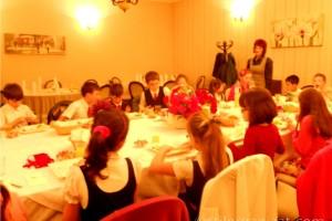 Cu copiii la o masa eleganta de 1 iunie