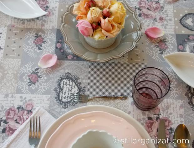 Masa in tonuri de gri si roz 3
