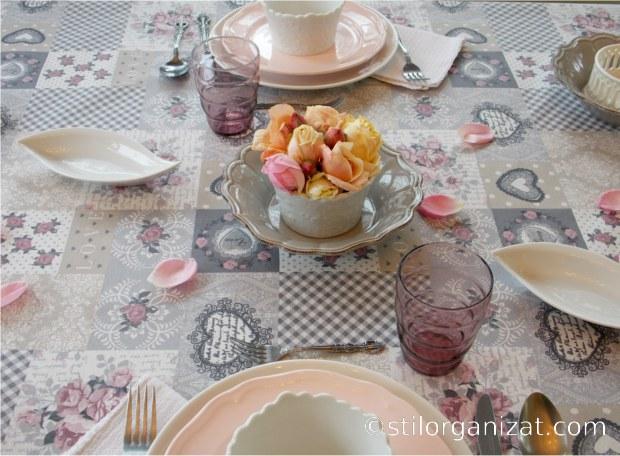 masa in tonuri de gri si roz