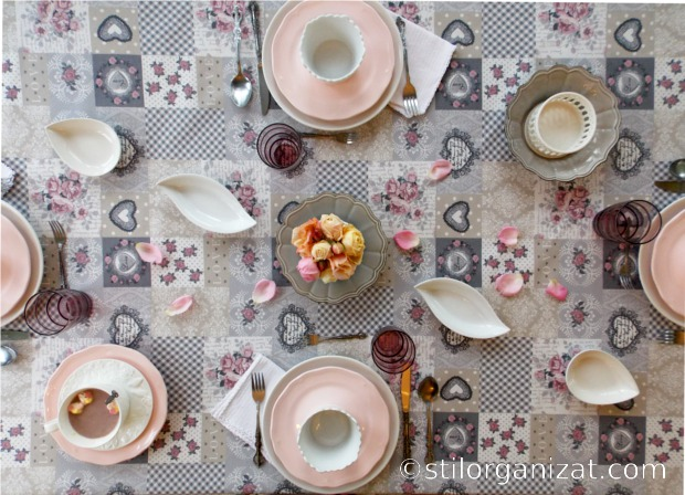 Masa in tonuri de gri si roz 5