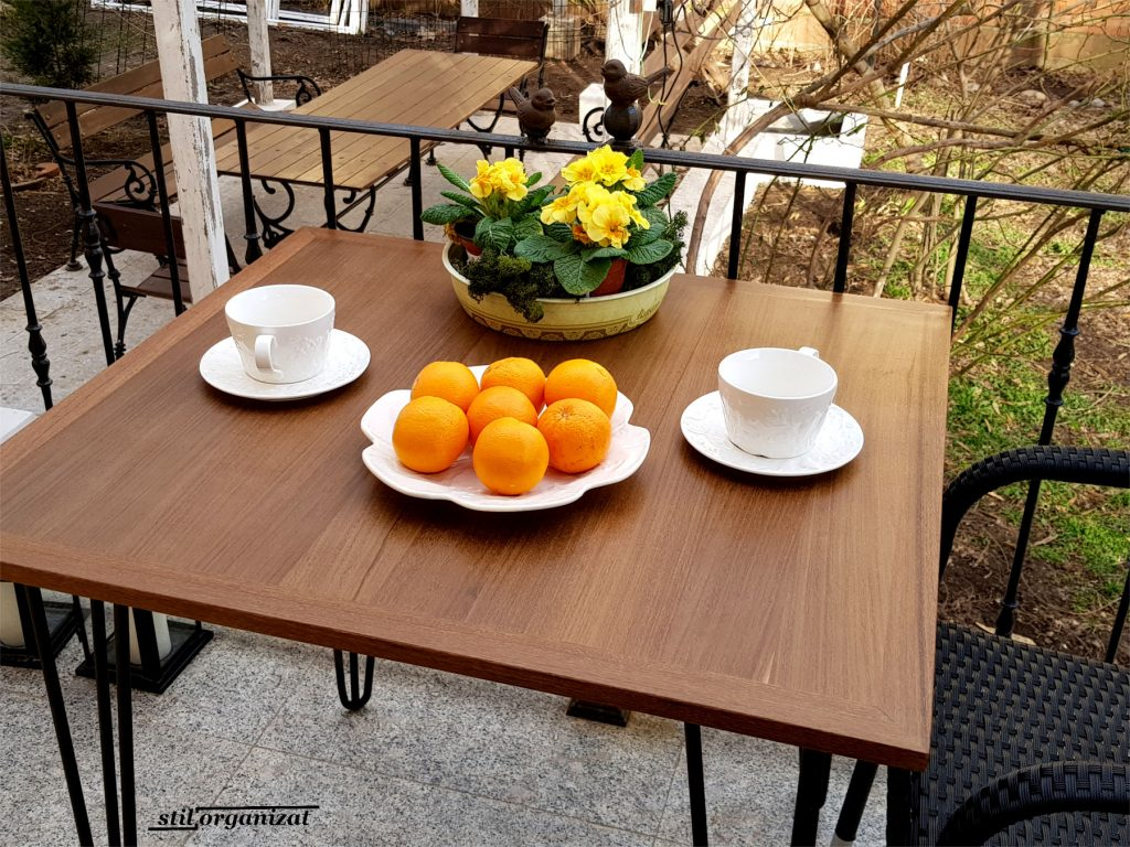 masa pe balcon