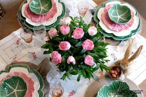 Masă festivă de primăvară în roz și verde