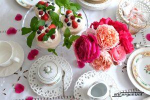 Masă de vară cu trandafiri
