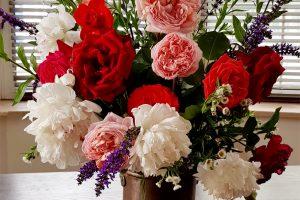 Buchet de mai cu flori din grădină