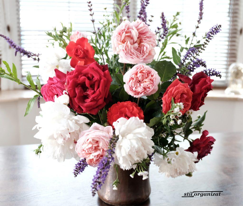 buchet cu trandafiri si salvie