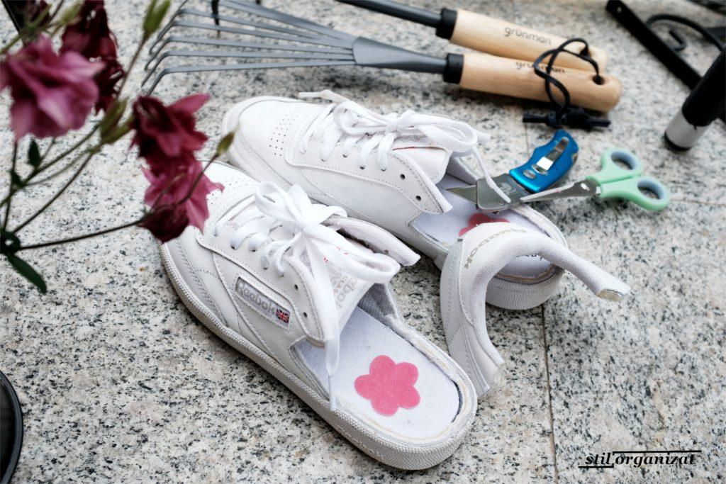 realizare papuci de gradina din sneakers